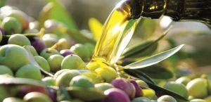Aceitunas verdes y aceite cayendo